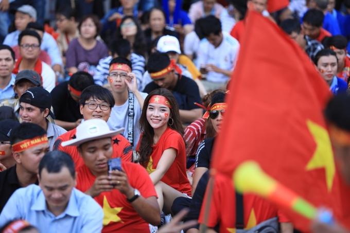 <p> CĐV đổ xuống đường háo hức theo dõi trận đấu Việt Nam - Hàn Quốc ở bán kết môn bóng đá nam Asiad. Các fan nữ xuất hiện không ít, cổ vũ cầu thủ thần tượng.</p>