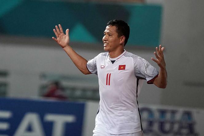 """<p> """"Ông chú"""" Nguyễn Anh Đức cao 1,81m, nặng 77 kg, hơn em út đội bóng 14 tuổi. Tiền đạo của Becamex Bình Dương nhiều lần tham dự Asiad (2006, 2010, 2018).</p>"""