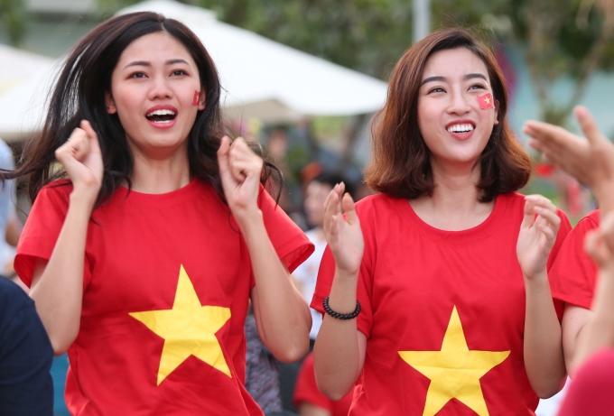 <p> Dù có nhiều luyến tiếc khi tuyển Việt Nam thua cuộc nhưng các người đẹp dành nhiều lời khen ngợi, động viên các các chàng trai. Thanh Tú, Mỹ Linh tin tưởng ở trận tranh HCĐ các chàng trai Việt Nam sẽ thể hiện tốt hơn.</p>
