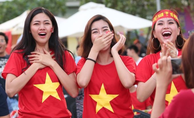 <p> Bước sang hiệp 2, khi đội tuyển Việt Nam chơi khởi sắc hơn, mang đến những màn tấn công kịch tính. Khi Minh Vương đá thành công quả phạt đẹp mắt, các người đẹp đã nhảy cấng lên vì sung sướng. Thanh Tú đã bật khóc lập tức vì quá xúc động. Với cô, đây là một bàn thắng đẹp mắt và khích lệ tinh thần thi đấu rất lớn cho cả đội tuyển trong nửa cuối hiệp 2.</p>