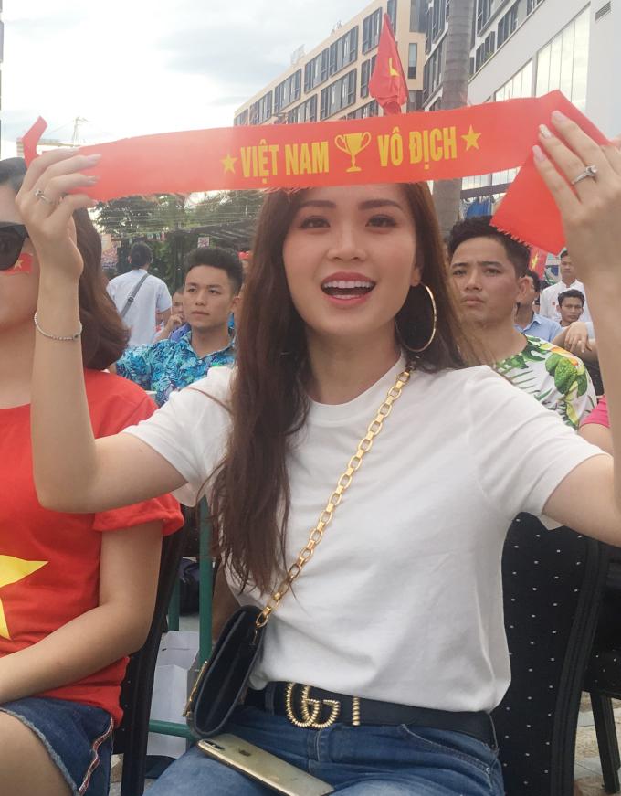 <p> Tinh thần yêu bóng đá của Á hậu Diễm Trang. Người đẹp cũng đặt niềm tin vào một trấn đấu hay nữa của Olympic Việt Nam.</p>