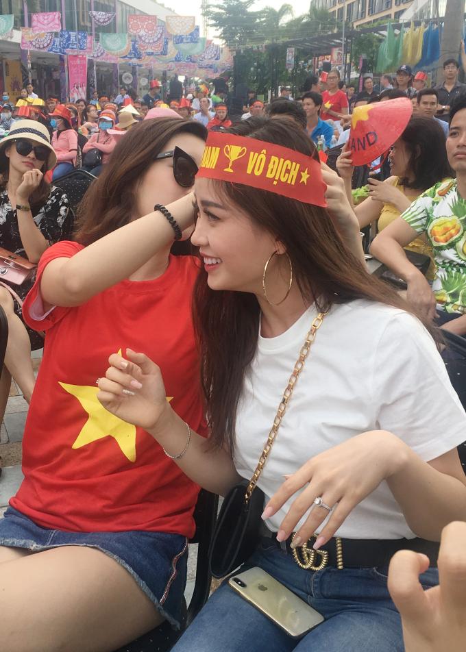 """<p> Diễm Trang - Mỹ Linh hỗ trợ nhau đeo dải băng in dòng chứ """"Việt Nam vô địch"""" trên đầu thể hiện tinh thần trước giờ bóng lăn.</p>"""