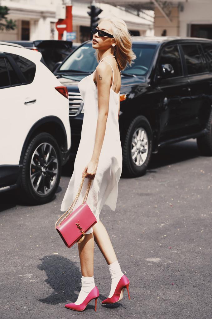 <p> Cũng vẫn là chất liệu lụa mỏng quyến rũ nhưng khi diện một chiếc váy hai dây, nữ người mẫu trông lại đầy cổ điển khi kết hợp cùng phụ kiện màu hồng, nhấn nhá một đôi tất cổ cao lạ mắt.</p>