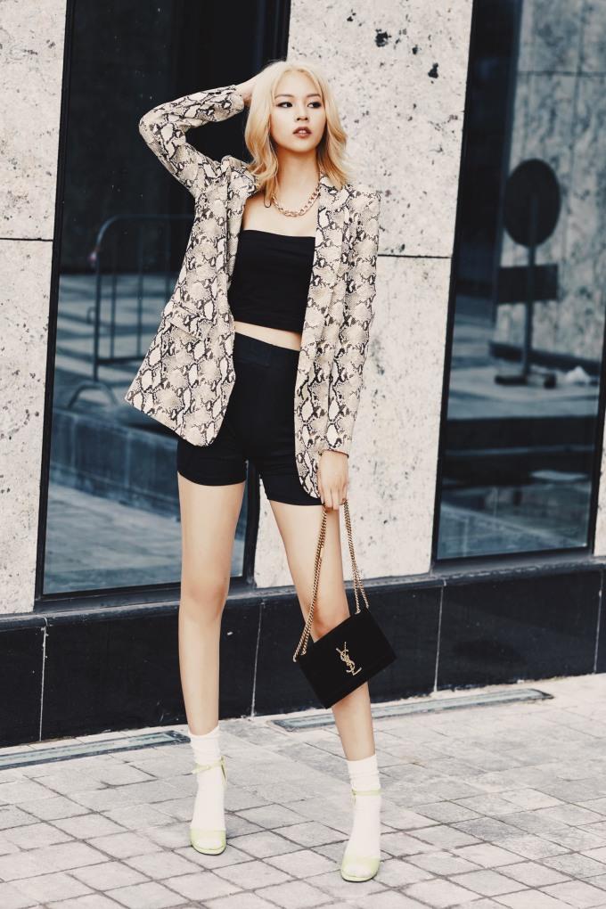 <p> Nếu là một cô nàng thích phong cách hiện đại mà quyến rũ thì hãy phối croptop, quần shorts với blazer như Phí Phương Anh. Điểm phá cách ở set đồ này là đôi sandals màu xanh nõn chuối mix với tất cổ cao.</p>