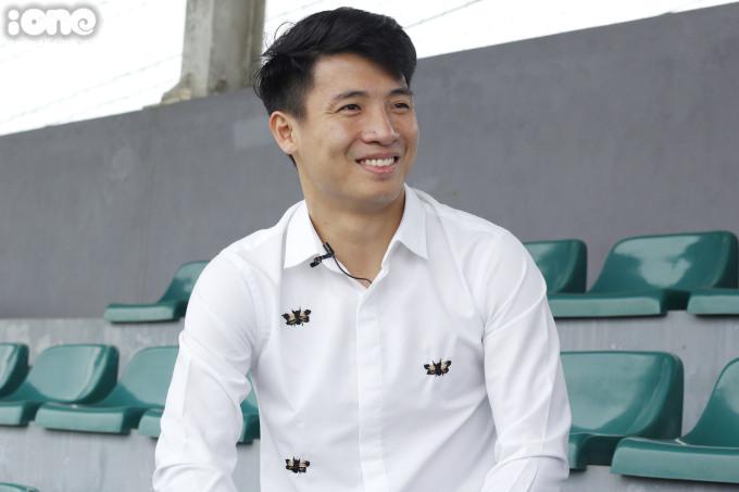 """<p> So với các cầu thủ đội bạn như Kim Jinya (cao 1,74m) hay Kim Moonhwan (cao 1,73m) thì chàng trung vệ """"thép"""" Bùi Tiến Dũng của Việt Nam không hề kém cạnh khi cao 1,76m. Tiến Dũng còn được đánh giá thể lực tốt, kỹ năng đi bóng chuyên nghiệp và là lá chắn thép trong hàng phòng ngự.</p>"""