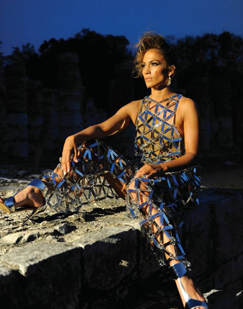 NTK nói gì khi váy mặc như không của Hà Hồ bị nghi đạo Jennifer Lopez - 1