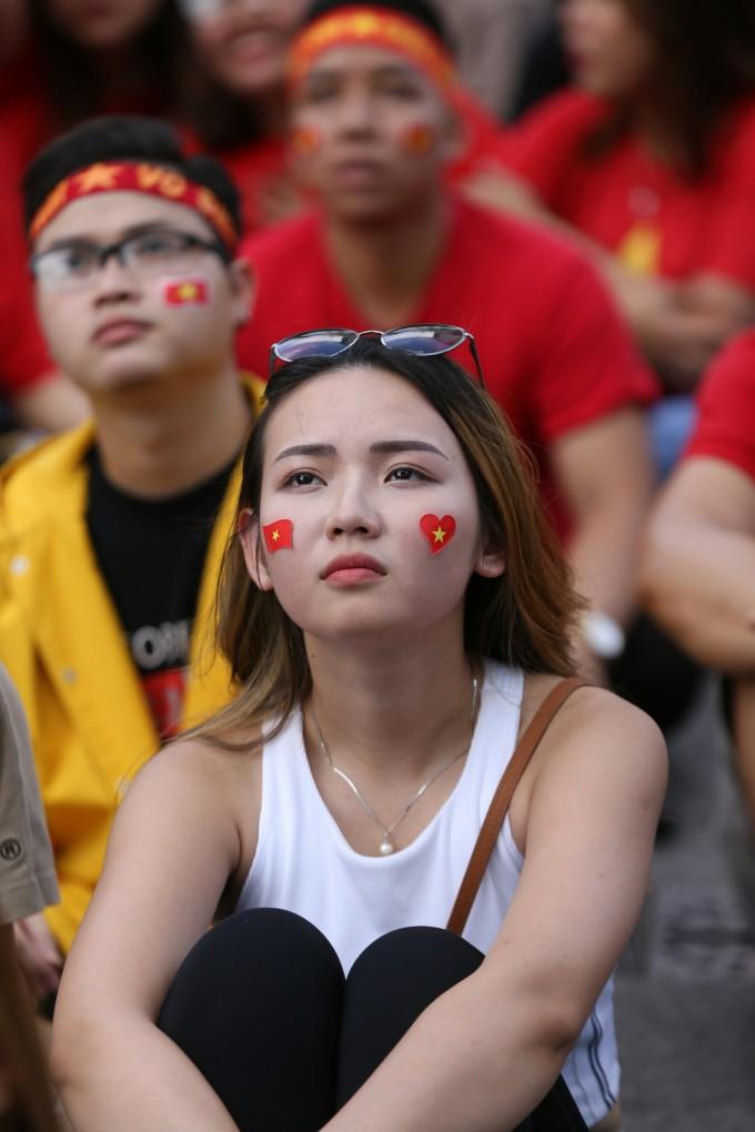 <p> ... và một bạn gái khác sau bàn thua đầu tiên của Việt Nam</p>