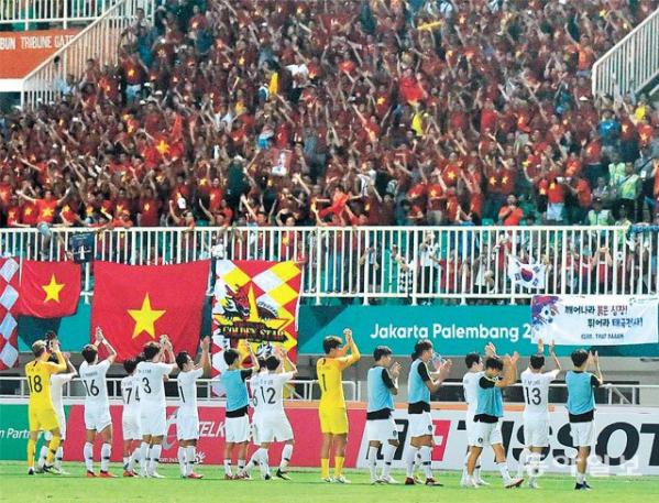 Cầu thủ Hàn Quốc cảm ơn khán giả cả Việt Nam và Hàn Quốc vì đã cổ vũ nhiệt tình cho 2 đội.