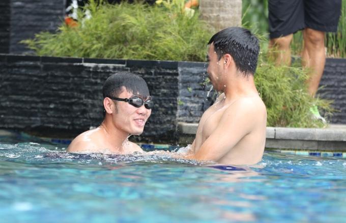 """<p> Các cầu thủ """"quậy"""" tưng bừng ở bể bơi khách sạn đang trú ngụ. Tinh thần của các cầu thủ đều vui vẻ, thoải mái.</p>"""