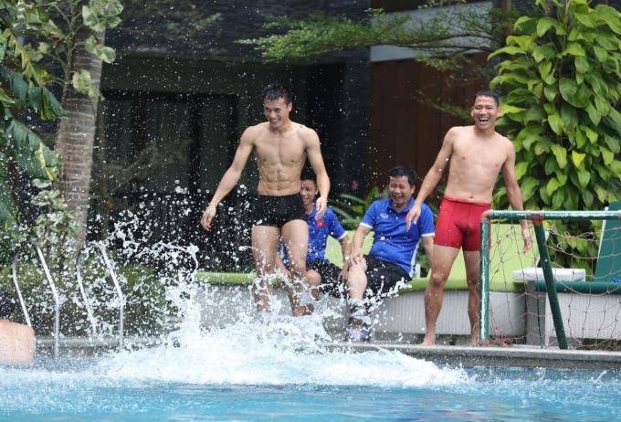 <p> ...và đây là nụ cười đắc chí của hai cầu thủ và cả ban huấn luyện khi chứng kiến. Trò đùa khiến không khí thư giãn quanh khu vực này càng thêm tưng bừng và náo nhiệt.</p>