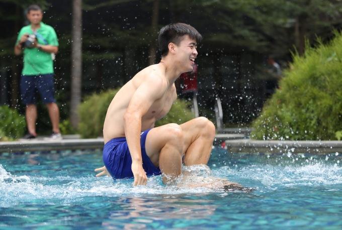 <p> Duy Mạnh đùa giỡn với đồng đội khi trèo lên người, dìm nhau xuống nước.</p>