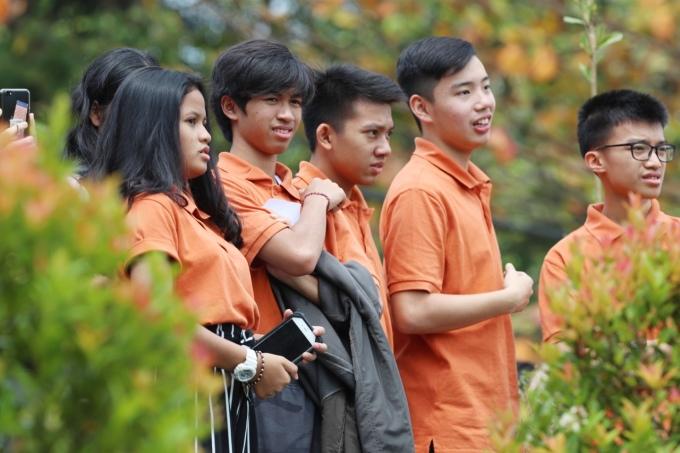 <p> Các nam thanh nữ tú của trường khá tò mò khi có sự xuất hiện của đội bóng. Họ đứng từ xa dõi theo đội tuyển tập luyện.</p>