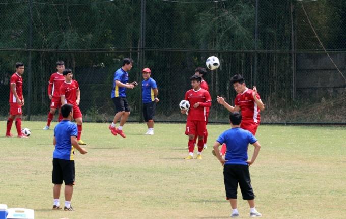 Olymic Việt Nam khiến học trò Indonesia chú ý khi tập luyện