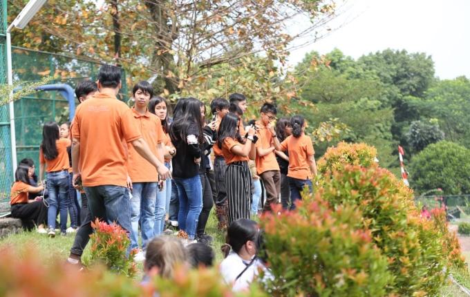 <p> Học trò Indonesia dùng máy ảnh, điện thoại để ghi lại khoảnh khắc đẹp trên sân cỏ.</p>
