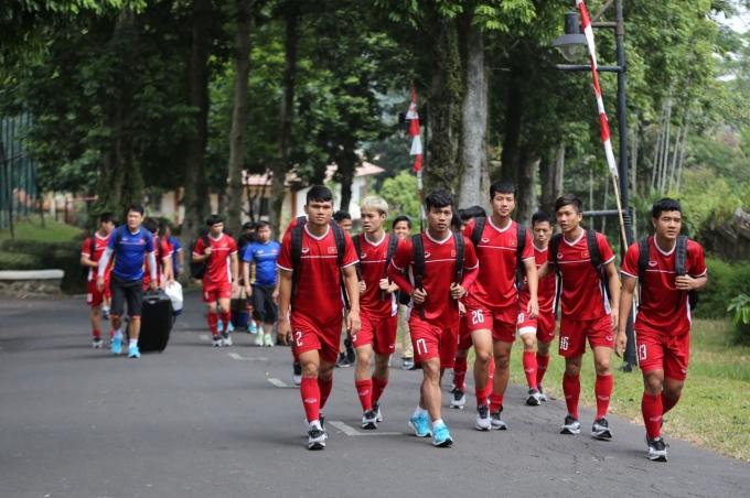 <p> 10h trưa ngày 31/8, đội tuyển Olympic Việt Nam có buổi tập trước trận tranh HCĐ diễn ra vào chiều ngày mai. Các cầu thủ và ban huấn luyện di chuyển đến sân tập nằm trong khuôn viên một trường học tại Indonesia.</p>