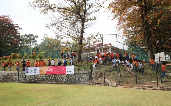 <p> Đó làtrường Sekolah Pelita Harapan International - Top 3 những ngôi trường danh giá nhất Indonesia. Khuôn viên nơi đây có nhiều cây xanh và thảm cỏ sạch sẽ.</p>