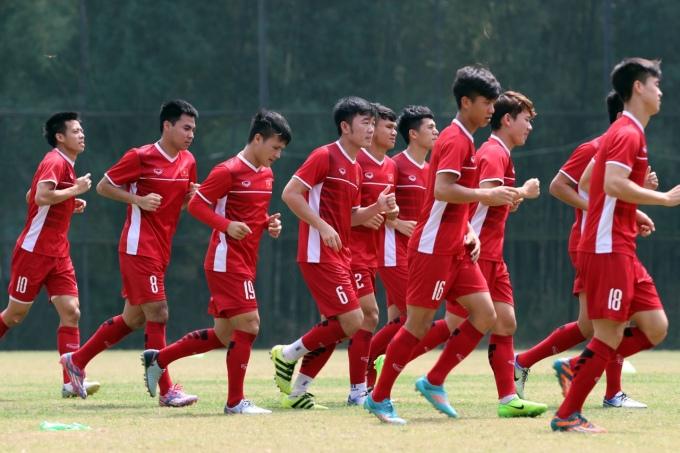 <p> Đội quân Olympic Việt Nam tham gia các bài tập nhẹ trên sân.</p>