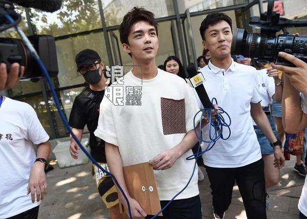 Nam diễn viên Ngô Lỗi đến báo danh Học viện Điện ảnh Bắc Kinh ngày 31/8. Anh và Tống Tổ Nhi, Hoàng Tuấn Tiệp là top 3 tân sinh viên có điểm thi đầu vào cao nhất khoa Biểu diễn của trường.