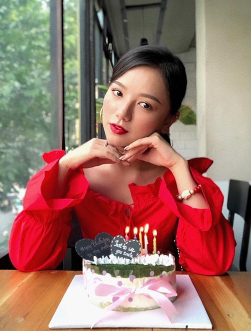 Hạ Anh hóa cô bé diện váy đỏ đáng yêu trong ngày sinh nhật.