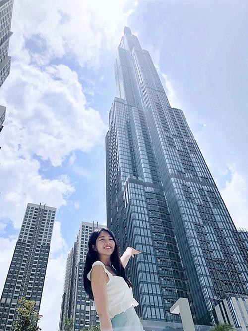 Kiều Trinh rạng rỡ bên tòa nhà cao nhất Việt Nam.