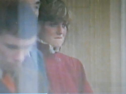Diana khóc khi máy bay của Charles cất cánh.