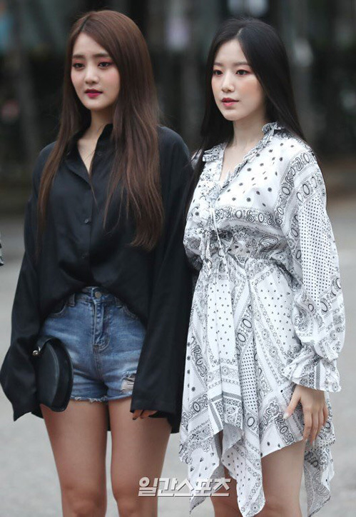 Minie (bên trái) đến từ Thái, là giọng ca chính còn em út Shuhua được công nhận với vị trí visual.