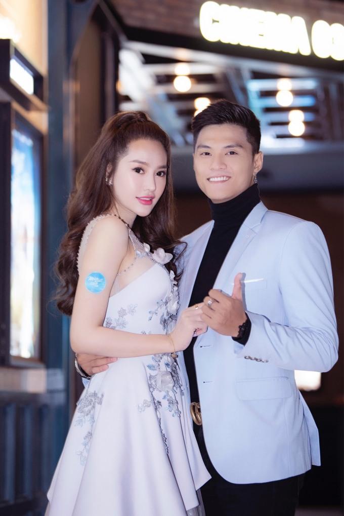 """<p> Tối 30/8 buổi công chiếu phim """"Mùa viết tình ca"""" ở TP HCM có sự xuất hiện của nhiều sao Việt. Linh Chi - Lâm Vinh Hải tay trong tay sánh đôi trên thảm đỏ.</p>"""