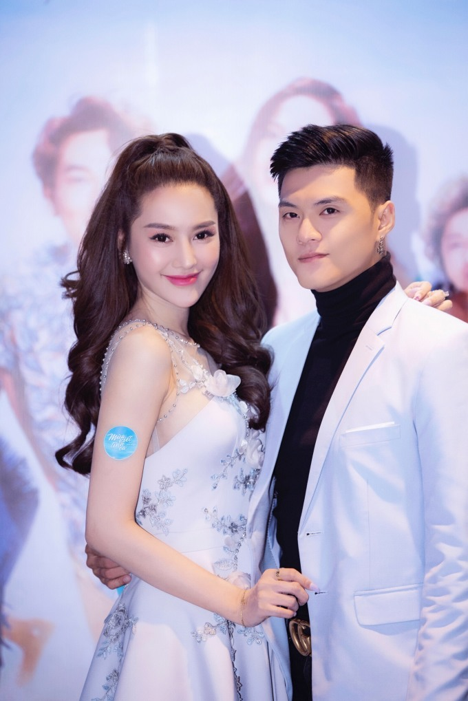"""<p> Họ đã đính hôn nhưng sẽ tạm hoãn việc đám cưới trong năm nay do thấy chưa hợp tuổi. Linh Chi còn tiết lộ <a href=""""https://ione.vnexpress.net/tin-tuc/sao/viet-nam/linh-chi-lam-vinh-hai-hoan-cuoi-muon-co-baby-truoc-3797469.html"""">muốn có con trước</a> rồi mới tổ chức đám cưới.</p>"""