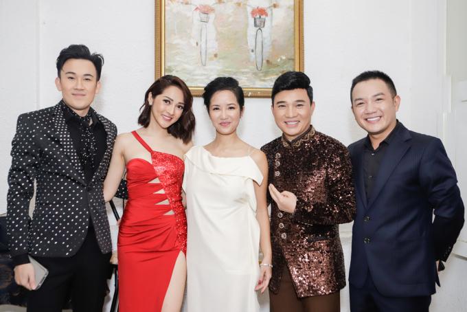 """<p> Tối 30/8, đêm nhạc """"Tình nghệ sĩ"""" diễn ra tại TP HCM với sự góp mặt của rất nhiều sao Việt. Đêm nhạc nhằm gây quỹ ủng hộ <a href=""""https://ione.net/dien-vien-mai-phuong-bi-ung-thu-phoi/topic-23235.html"""">diễn viên Mai Phương</a>, <a href=""""https://ngoisao.net/tin-tuc/hau-truong/showbiz-viet/nghe-si-le-binh-tam-xuat-vien-trong-thoi-gian-dieu-tri-ung-thu-phoi-3800006.html"""">Lê Bình</a> đang mắc bệnh ung thư và đồng bào gặp lũ lụt thời gian qua. Kế hoạch phát động từ giữa tháng 8 và được đông đảo nghệ sĩ hưởng ứng.</p>"""