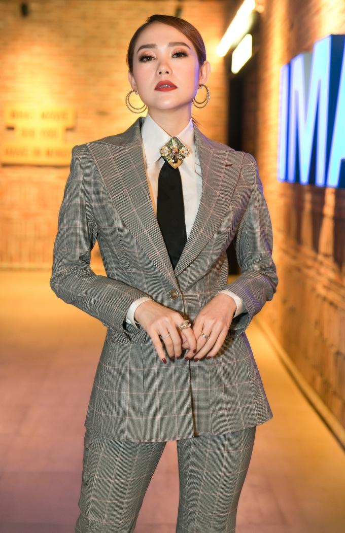 <p> Minh Hằng diện cây vest cá tính. Cô đảm nhận vai trò nhà sản xuất và cố vấn diễn xuất cho các diễn viên.</p>