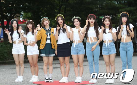 Nhóm Nature chỉ debut mới 3 tuần đã nhận giải tân binh nhưng netizen cho rằng giải thưởng của nhóm không xứng đáng.