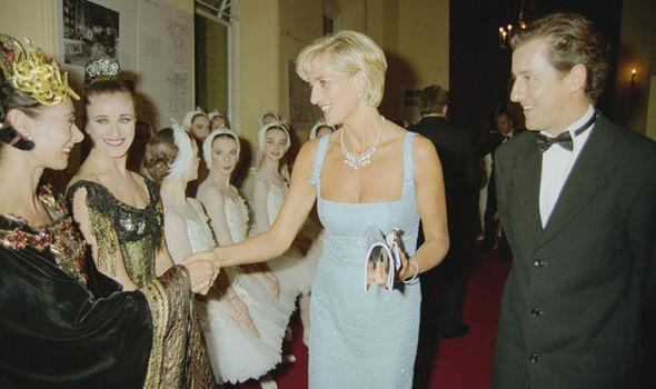 Diana cùng Deane gặp gỡ các diễn viên vở kịch Swan Lake năm 1997.