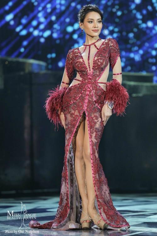 Hình ảnh Esmon trong phần thi trang phục dạ hội. Trước đó, cô thuộc top những thí sinh nổi bật nhất cuộc thi.