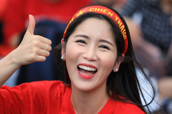 <p> Cô gái này thể hiện sự quyết tâm dành cho đội nhà trước giờ bóng lăn.</p>