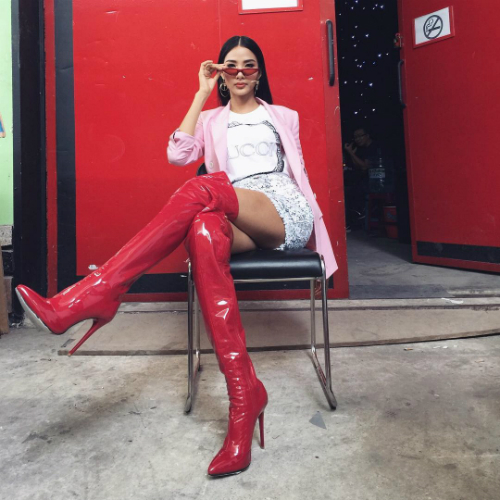 Đôi khi, cô cũng không ngại chơi trội khi điđôi boots cao cổ chất liệu da bóng. Gu thời trang đánh tan thời tiết của Hoàng Thùy khiến nhiều người bày tỏ sự thán phục.