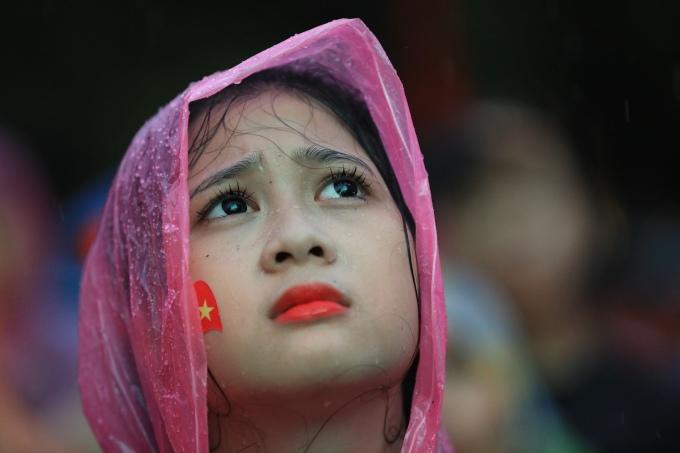 <p> Một teen girl xinh xắn quyết tâm không rời khỏi khu vực chỉ muốn xem trọn những đường bóng của Olympic Việt Nam.</p>