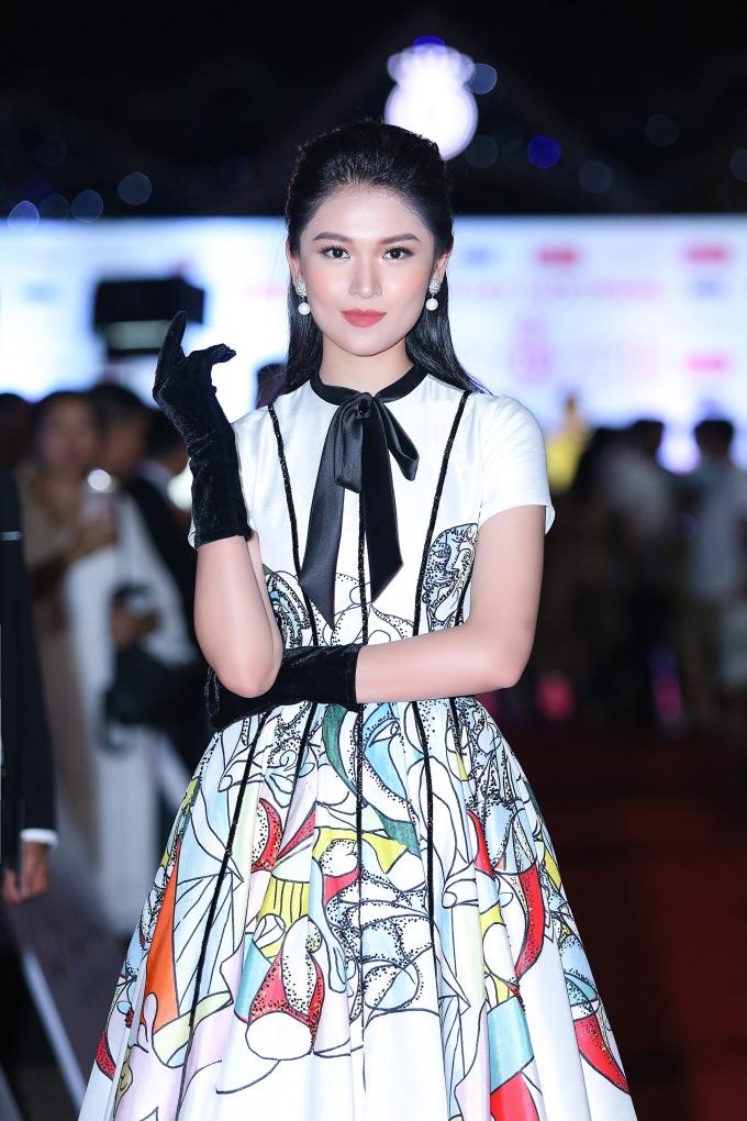 <p> Á hậu 2 Thùy Dung chọn style nhẹ nhàng, kín đáo.</p>