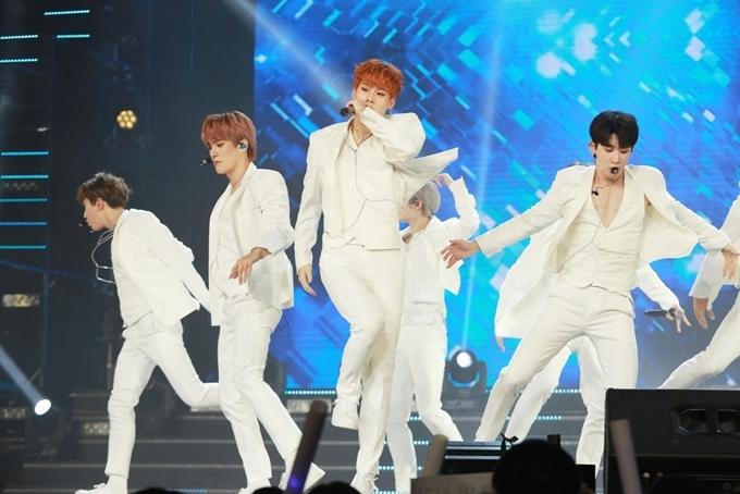 <p> Nhóm nhạc Hàn Monsta X diễn sung, khoe vũ đạo đẹp mắt trên sân khấu. Lần đến Việt Nam này họ nhận được sự ủng hộ nhiệt tình của fan Việt. Nhiều fan đã túc trực tại sân bay từ trưa 31/8 để chào đón nhóm.</p>