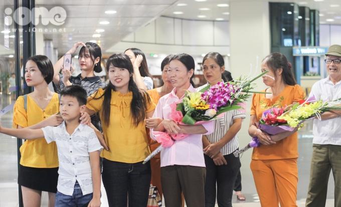 <p> Ngay từ rất sớm, gia đình, người hâm mộ đã có mặt ở sân bay Nội Bài (Hà Nội) để chờ đón các VĐV trở về.</p>