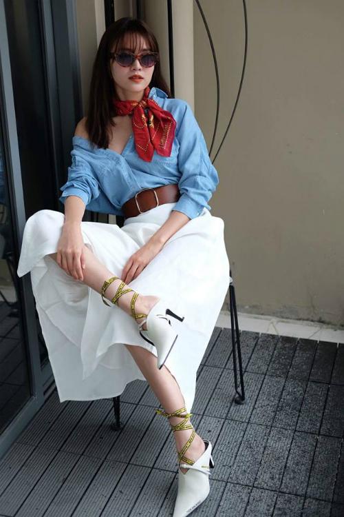 Từvai diễn đầu tay trong phim Cánh đồng bất tận cho đến đầu năm 2017, Lan Ngọc chưa bao giờ thuộc top mỹ nhân mặc đẹp của làng giải trí. Phong cách thời trang của cô nàng trong quãng thời gian này có phần quê mùa, lỗi thời. Thế nhưng trong khoảng hơn 1 năm trở lại đây, style của mỹ nhân sinh năm 1990 có sự lột xác rõ rệt. Cô cũng chịu đầu tư hơn về trang phục kể cả khi dự tiệc hay xuống phố. Hình ảnh chỉn chu khiến Lan Ngọc được công chúng đánh giá cao hơn.