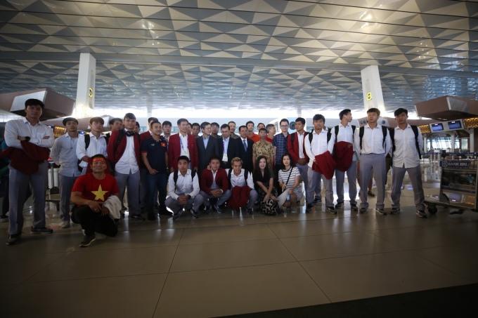 <p> Sáng sớm nay (2/9), Olympic Việt Nam đã di chuyển từ khách sạn ra sân bay để về nước. Họ vừa kết thúc giải đấu Asiad 2018 với vị trí thứ 4 chung cuộc. Dù có phần tiếc nuối nhưng những gì các chàng trai làm được tại giải đấu đủ khiến người hâm mộ quê nhà và bạn bè trong khu vực tự hào, ngưỡng mộ.</p>