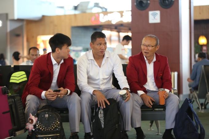 <p> Các thầy trò ở khu vực chờ tại sân bay.</p>