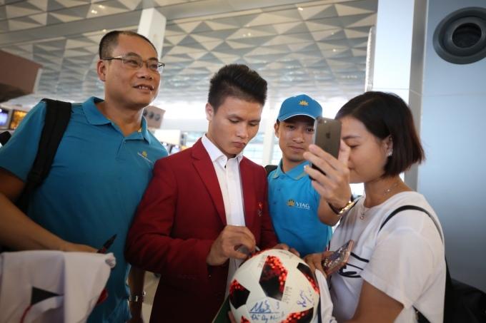 <p> Tại sân bay, các chàng trai bị người hâm mộ vây quanh xin chữ kỹ và pose hình.</p>