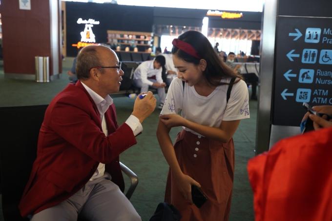 <p> Một fan nữ tiếp cận HLV Park để xin chữ ký.</p>