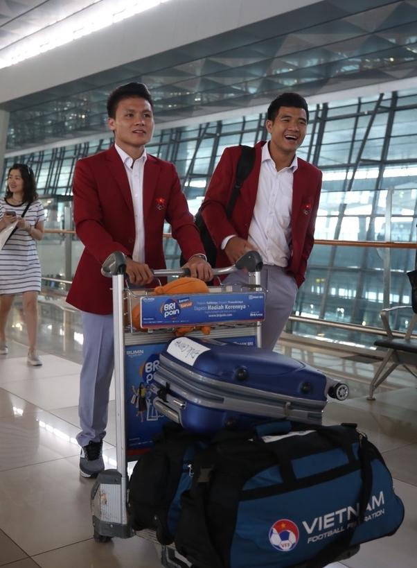 <p> Xuất hiện tại sân bay, các chàng trai diện sơ mi trắng khoe vẻ soái ca. Tâm trạng của họ tốt sau trận thua tranh HCĐ vào chiều qua. Quang Hải, Đức Chinh luôn nở nụ cười trên môi.</p>