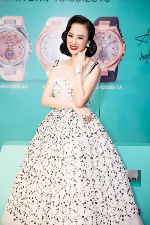 Nếu như trước đây, Angela Phương Trinh bị cộng đồng mạng đặt cho biệt danh Nữ hoàng chiêu trò khi thường xuyên có những phát ngôn gây sốt, phong cách thời trang hở bạo thì hiện tại, có vẻ như bà mẹ nhí đã lớn. Dạo gần đây, nữ diễn viên sinh năm 1995 ăn mặc già dặn, kín đáo hơn hẳn. Tuy nhiên, style của cô bị khán giả đánh giá quá sến súa, không mấy phù hợp với lứa tuổi 23.