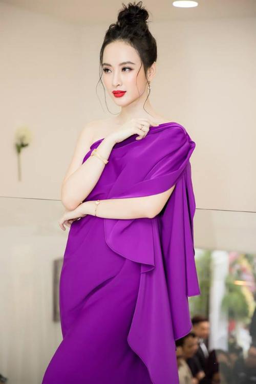 Bộ váy của NTK Đỗ Mạnh Cường từng được Nữ hoàng ảnh lịch - Diễm My 6X diện trước đó không lâu. Nhưng khi Angela Phương Trinh mặc item này, khoảnh cách 33 tuổi của hai mỹ nhân đã được thu hẹp lại rất nhiều.