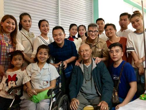 Đàm Vĩnh Hưng, Lệ Quyên cùng một số nghệ sĩ đến thăm Lê Bình, Mai Phương.