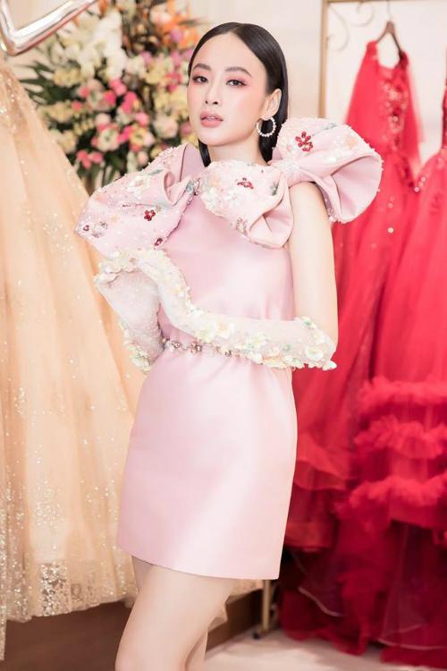 Chẳng biết từ khi nào, mỗi khi diện đầm thì Angela Phương Trinh cứ phải đính hết thứ này đến thứ kia lên thân váy. Có lẽ chỉ Angela Phương Trinh mới đủ can đảm diệnchiếc váy đượm tình thắm quê cùngđôi gang tay sến súa này.