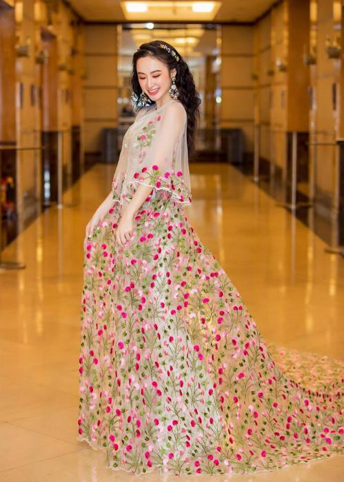 Chỉ là Angela Phương Trinh muốn làm một nàng công chúa, chơi đùa giữa rừng hoa thôi mà!